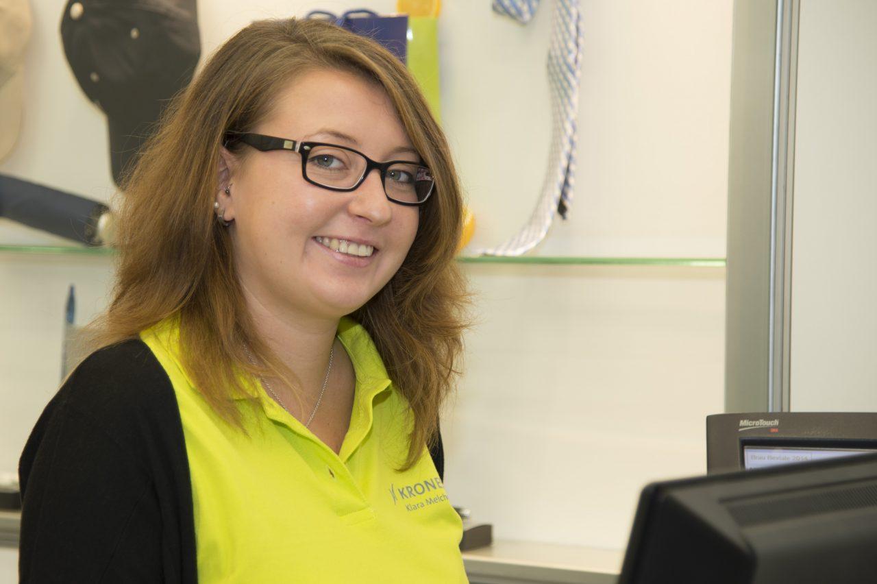 Trainee at fair: Klara teilt aus
